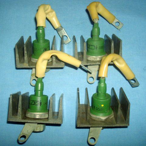 Диоды, смонтированные на радиаторе, также монтируется и тиристор