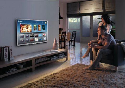 Если бы под этим телевизоров свисали провода, то облик комнаты был бы подпорчен