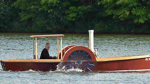 Лодка с лопастными колесами