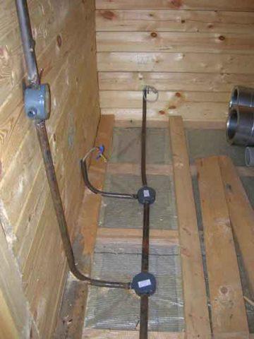 Монтаж частично скрытой проводки под полом в деревянном доме