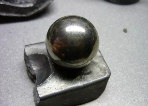 Небольшой металлический шарик