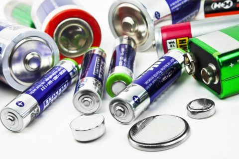 Любая батарейка или аккумулятор дает ток за счет протекающих внутри них химических реакций