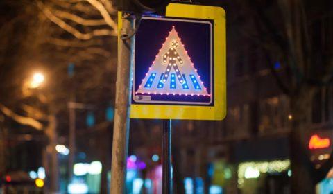 Этот знак было бы видно даже без дополнительной подсветки