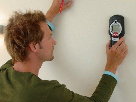 Использование металлодетектора для поиска проводки в стене