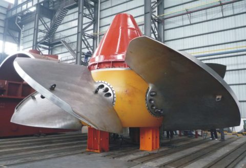 Массивная турбина гидрогенератора