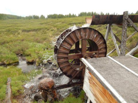 Наливное колесо под акведуком из металлической бочки