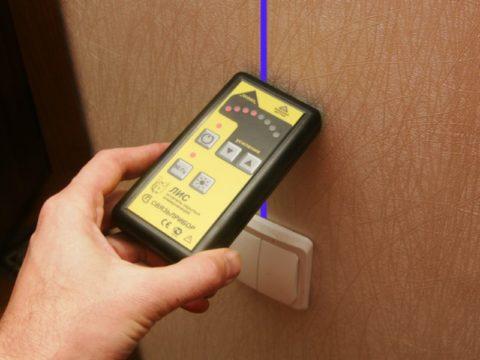 Прибор для поиска скрытой проводки с лампами разного порога срабатывания