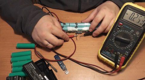 Проверка напряжения на контактах аккумулятора