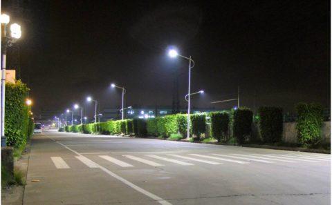Ярко освещенная городская улица