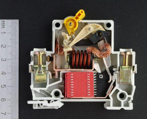 Конструкция обычного автоматического выключателя