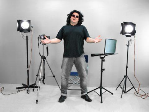 Для установки съемочного освещения можно использовать и недорогие приборы