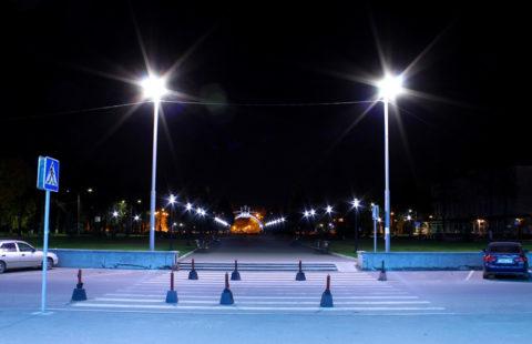 Прожекторы на входе в парк