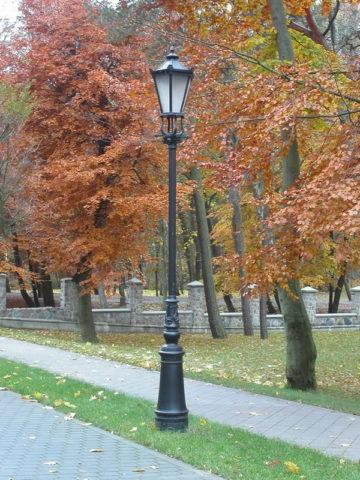 Уличные светильник в парке, стилизованные под старину