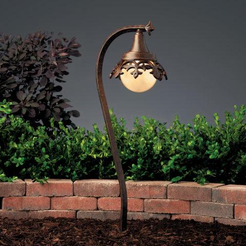 Уличный светильник, установленный в грунт