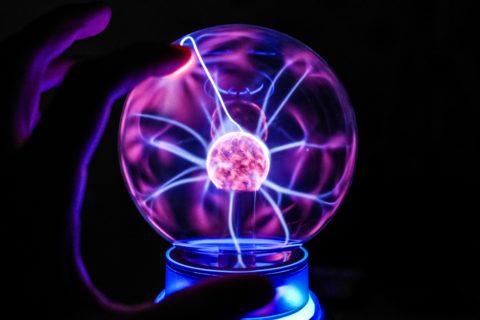 Электрические заряды сворачиваются в нити