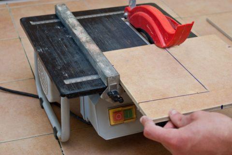 Как выбрать электрический плиткорез – вариант с нижним расположением диска