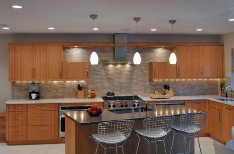 Подсветка обеденной зоны кухни светильниками с регулируемой высотой