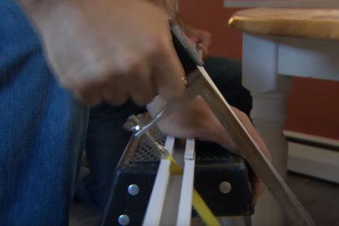 При помощи ножовки легко отпилить необходимый отрезок