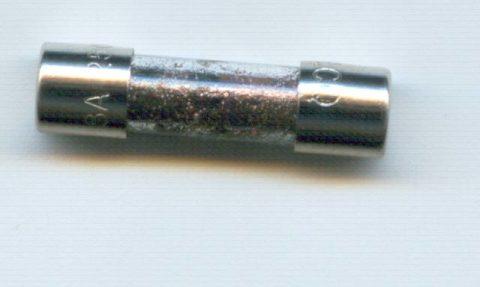 Расплавленные брызги металла на корпусе предохранителя