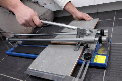 Ручными плиткорезами легко резать обычную керамику и клинкерную плитку, но не керамогранит