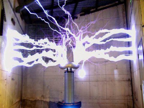 Ток переменный: трансформатор Николы Тесла создает мощный газовый разряд