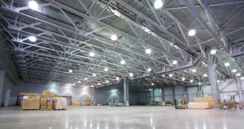 Искусственный свет на складе, создаваемый светодиодными светильниками