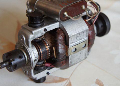 На фото - электродвигатель постоянного тока универсальный коллекторный