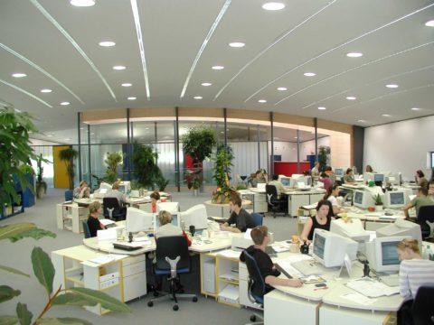 Светодиодные светильники офисные потолочные в большом офисе