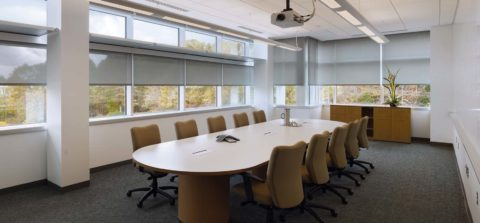 Устройство освещения в офисе с большим количеством окон