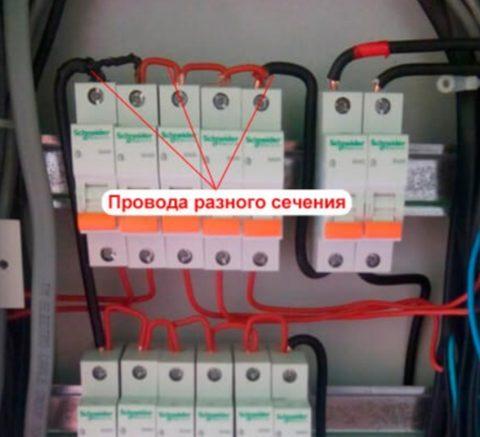 Электрик установил провода разного сечения – заметно оплавление изоляции на черных проводах