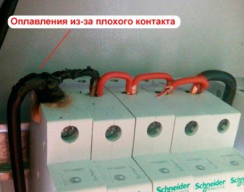 Из-за локального перегрева изоляция провода и корпус автомата оплавились – цена неправильной установки пожар и все вытекающие последствия