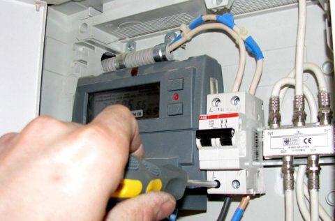 Как поменять автомат в щитке - работа с электричеством всегда требует ответственного отношения к делу